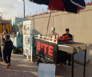 «BITE».. «الأكل البيتي» على عربة آية وشقيقها محمد يستقر في «شارع 306» (صور)