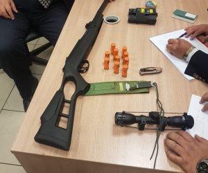 إحباط تهريب بندقية ومنظار وطلقات نارية برفقة راكب أمريكي بمطار القاهرة