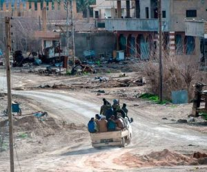 200 أسرة سورية تحت الحصار.. داعش يساوم من أجل الخروج الآمن