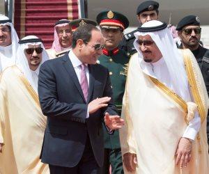 السيسي يستقبل الملك سلمان بمطار شرم الشيخ للمشاركة بالقمة العربية الأوروبية