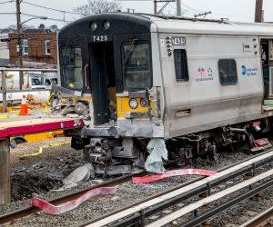 الذعر ينتاب نيويورك.. قطاران يدهسان سيارة في أمريكا ووفيات بالحادث