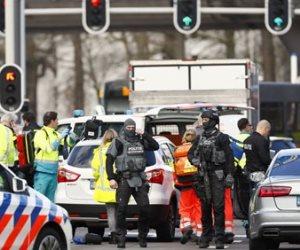 شاهد.. قوات مكافحة الإرهاب تحاصر مبنى يتحصن فيه منفذ حادث إطلاق النار بهولندا