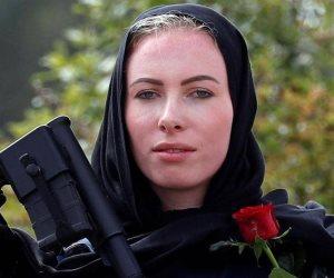 شرطية نيوزيلندية أثارت إعجاب العالم.. قصة «إيفانز » ذات الوردة الحمراء والرشاش