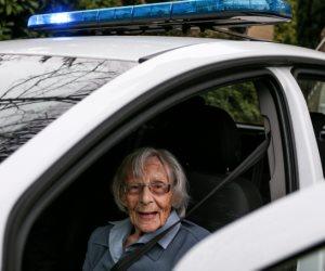 «حلم القضبان».. سيدة 104 أعوام تنجح في تحقيق حلمها بدخول السجن (صور)