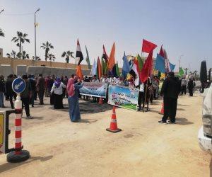 محافظ شمال سيناء يضع إكليل زهور على النصب التذكاري بالعريش (صور)