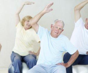 4 تمارين للتوازن تمنع كبار السن من خطر السقوط والكسور (فيديو)