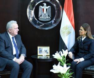 مفوض الاتحاد الأوروبى: السيسي يقود مصر للقيام بدور محورى فى المنطقة