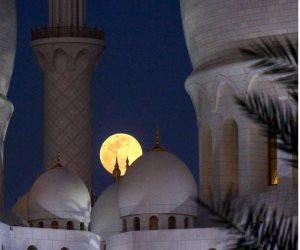 شاهد.. القمر يزين سماء دبي ويضئ عتمة الليل (صور)