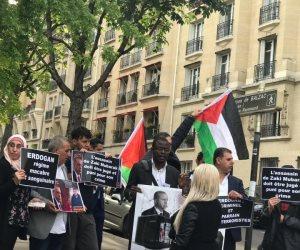 حقوقيون يفضحون أردوغان أمام سفارته بباريس: دم الفلسطيني زكي مبارك في رقبتك ( صور وفيديو )