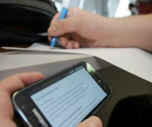 """""""الواتس آب"""" وسيلة جديدة للغش بالثانوية.. والتعليم تؤكد: ضبطنا جروبات تنقل الامتحانات"""
