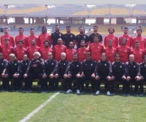 لاعبو المنتخب يلتقطون صورا تذكارية لبطولة الأمم الأفريقية