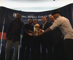 أساطير الكرة المصرية والأفريقية يلتقطون صورا تذكارية مع كأس أمم أفريقيا (صور)
