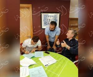 أول صورة لتوقيع تريزيجيه عقد انتقاله إلى أستون فيلا