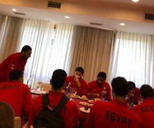 عقب التأهل لربع النهائي.. «شباب اليد» يحرصون على تناول وجبة الغداء (صور)