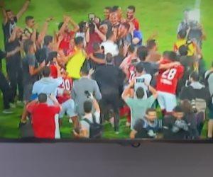 درع الدوري أحمر.. لاعبو الأهلى يدخلون في فرحة كبيرة بعد الفوز على المقاولون