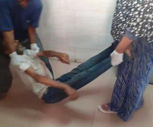 بعد اكتشاف إصابته بالإيدز.. مستشفى كفر الزيات تلقي بمريض في الشارع: علاجه بالحميات (صور)