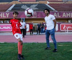 من أجل هؤلاء تلعب كرة القدم.. لاعبو الأهلي يستقبلون إبراهيم محيسن موهبة كروية مبتورة اليدين (صور وفيديو)