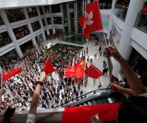 تطورات أزمة هونج كونج.. المتظاهرون يشتبكون مع الشرطة ويحتلون مول تجاري