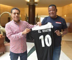 «كانو سبورت» الغيني يهدي قميص فريقه لرئيس مجلس إدارة النادي الأهلي