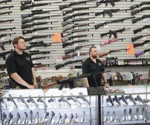 """بسبب جرائم """"الأطفال"""".. مطالب بتغيير قوانين حيازة السلاح في أمريكا"""