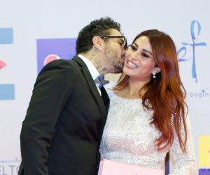 أحمد الفيشاوي وزوجته يتبادلان القبلات في مهرجان الجونة (صور)