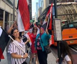 أبناء الجالية المصرية بأمريكا أمام مقر إقامة الرئيس للاحتفال بقدومه (صور)