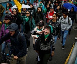 جولة في صحف العالم.. مظاهرات ضد تشريع الإجهاض بالإكوادور (صور)