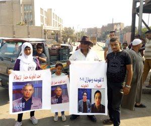 أهالي الدويقة يدهسون صور معتز مطر ومحمد ناصر ومحمد علي: «لا للخونة»