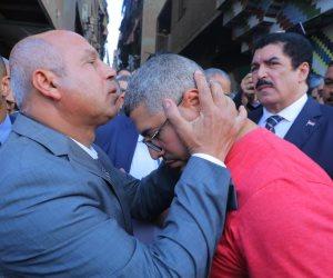وزير النقل يقبل رأس شقيق ضحية حادث قطار الأسكندرية: حق أخوك هيرجع (فيديو وصور)