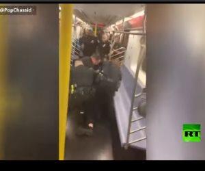 لعدم امتلاكه تذكرة.. الشرطة تقتحم قطار مترو الأنفاق في نيويورك للقبض على راكب (فيديو)
