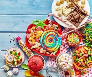 الحلوى الملونة فيها سم قاتل.. تسبب السرطان والفشل الكلوي للأطفال