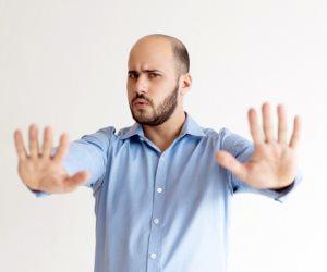 """يعانون من التنمر والضغوطات الاجتماعية.. كيف تتعامل مع """"الأصلع"""" في حياتك؟"""