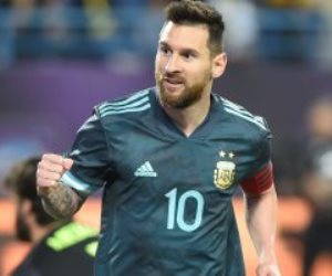 كلاسيكو الأرجنتين والبرازيل في السعودية.. حضر ميسي فخطف راقصو التانجو الكأس (فيديو)