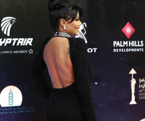 مهرجان القاهرة السينمائي 41.. رانيا يوسف تتألق بفستان أسود وظهر مكشوف على السجادة الحمراء