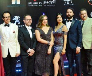 بفساتين قصيرة وجريئة.. نجمات الفن يتألقن على السجادة الحمراء في ختام القاهرة السينمائي