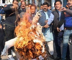 مأساة فتاة هندية.. اغتصبوها ثم أحرقوها بالكيروسين لتموت بالسكتة القلبية