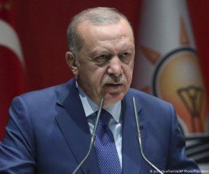 تركيا وأزمة الرسوم المسيئة.. تجارة بالإسلام لإنقاذ الليرة التركية من الانهيار