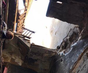 الحماية المدنية بالقاهرة تنقذ سيدتين وخمسة أطفال بعد انهيار سلم عقار بباب الشعرية (صور)