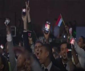 شباب العالم يرفعون صور الرئيس السيسى عبر هواتفهم قبيل انطلاق المنتدى