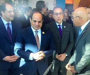 السيسي يتفقد معارض قاعة المؤتمرات بشرم الشيخ.. وشباب العالم يتسابق لتحيته (صور)
