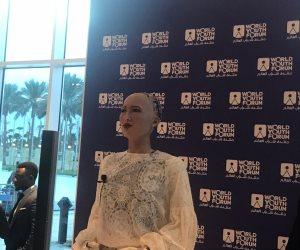 منتدى شباب العالم.. الحضور يصطفون لالتقاط الصور التذكارية مع الروبوت صوفيا (صور)