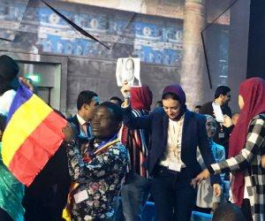شاهد.. الشباب يرفعون صور الرئيس السيسي في حفل ختام منتدى شباب العالم