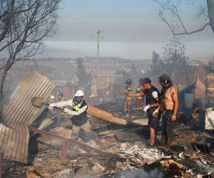 جولة في صحف العالم.. حريق هائل يلتهم عشرات المنازل في تشيلي