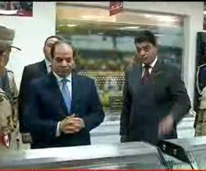 الرئيس يلتقط صورة تذكارية مع عمال مجمع الإنتاج الحيوانى فى الفيوم