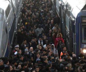 الأزمة تشتد.. إضراب وسائل النقل يفسد احتفالات «الكريسماس» في فرنسا