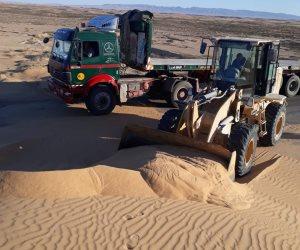 تغلق الطرق.. الرمال المتحركة صداع في رأس المسئولين بشمال سيناء (صور)