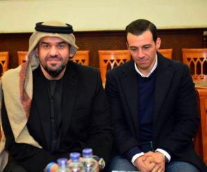 إيهاب توفيق يتلقى عزاء والده.. وحسين الجسمي أول الحاضرين (صور)