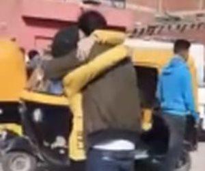«طالبة الحضن» تعود مجدداً.. جدل على «فيسبوك» بسبب عناق شاب وفتاة أمام مدرسة في الشرقية (فيديو)