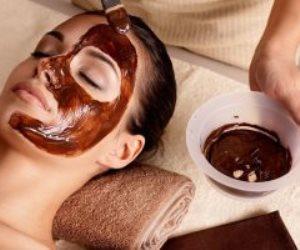 خطوات صناعة قناع الوجه بالشيكولاتة لحب الشباب