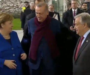 «البالطو لا.. البالطو اه».. غضب تركي من خلع أردوغان لملابسه أمام كاميرات العالم بقمة برلين (فيديو)